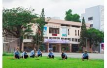 Tham gia làm vệ sinh khuôn viên trường
